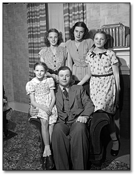 Photographie : Farquhar Oliver and his family at Durham home, mai 1947