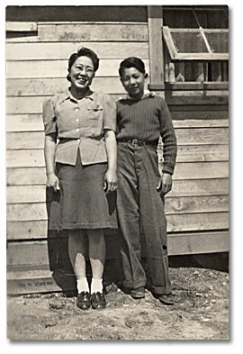 Photographie : Raymond Moriyama and his mother Elsie Nobuko at the Slocan Internment Camp, printemps 1943