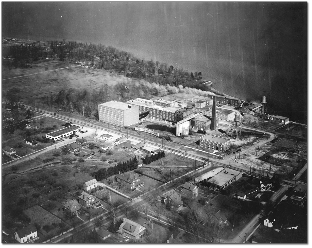 Photographie : View of Port Credit and area surrounding the plant, 1933