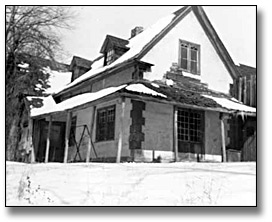 Photographie : [Blythe farmhouse in winter, near Fenelon Falls, Ontario], [vers 1948]