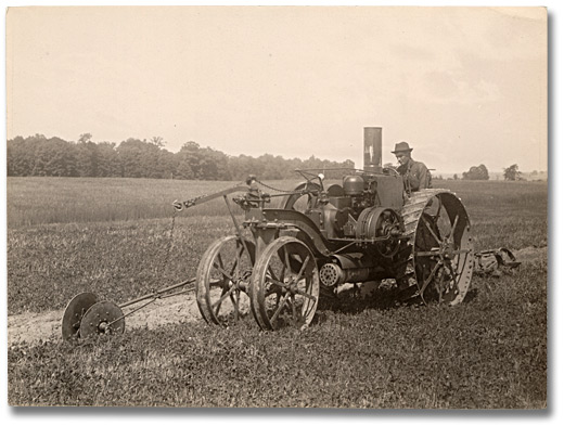 Photographie : Using a steam tractor and gang plow, 1916