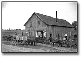 Photographie : Preparing cheese for transport, cheese factory, Eastern Ontario, [entre 1895 et 1910]