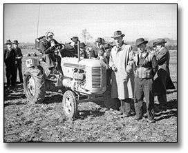 Photographie : Inspecting machinery at the International Ploughing Match, 1941