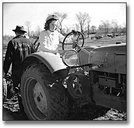 Photographie : Driving a Massey-Harris tractor, International Ploughing Match, 1941