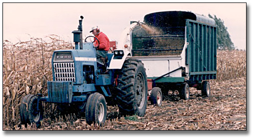 Photographie : Farmer harvesting corn, Guelph area, 9 octobre 1987