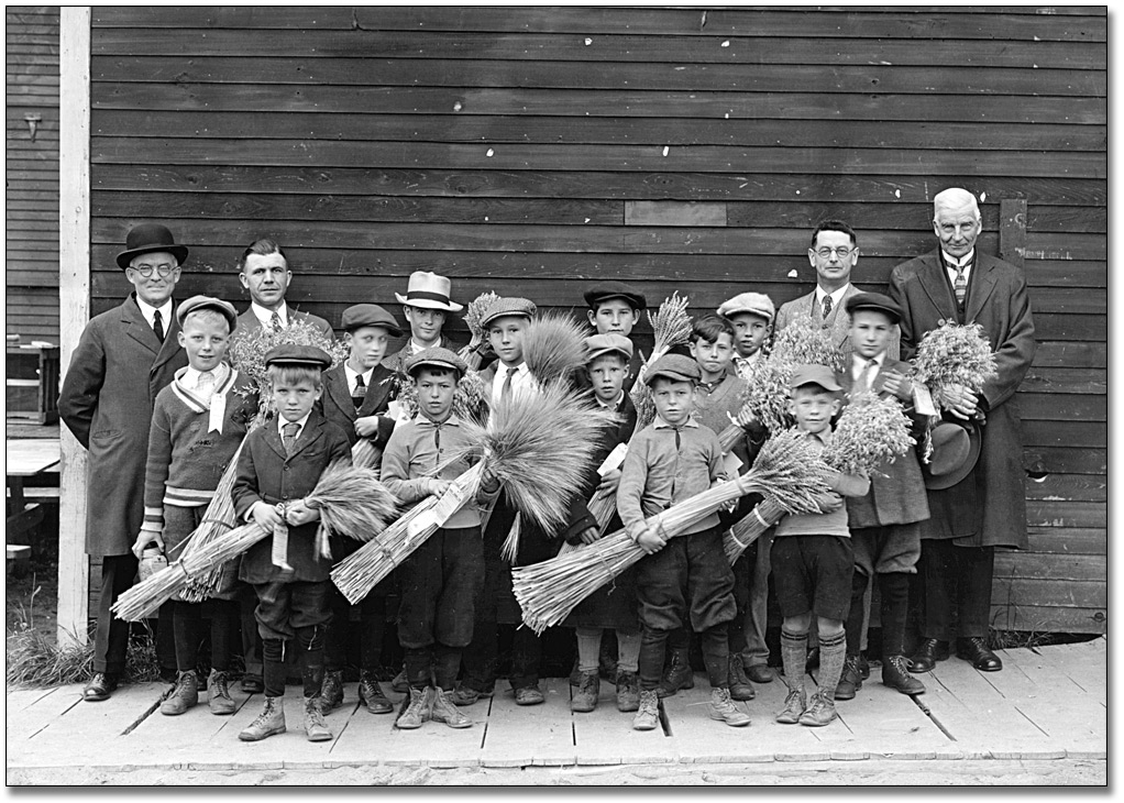 Photographie : Championship school fair boys with grain, [vers 1920]
