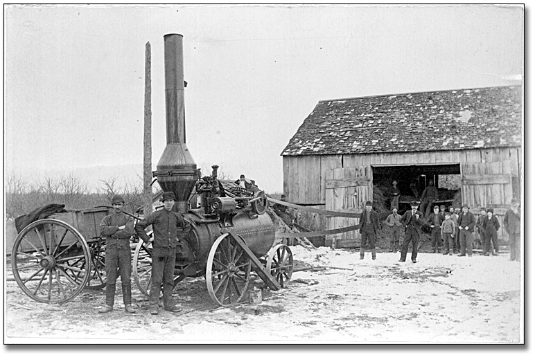 Photographie : Threshing machine with steam engine, [ca. 1914]