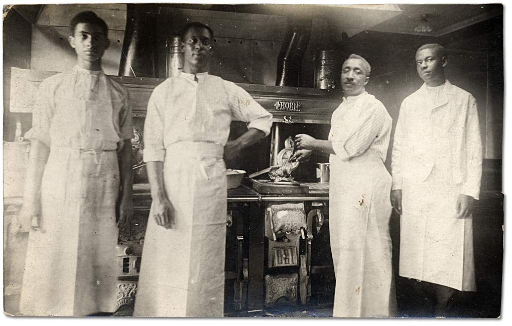 Photographie : Ara Wilson, Henry Banks Jr., Roy Banks, Fremont Nelson: cooks aboard a steamboat, [vers 1890]