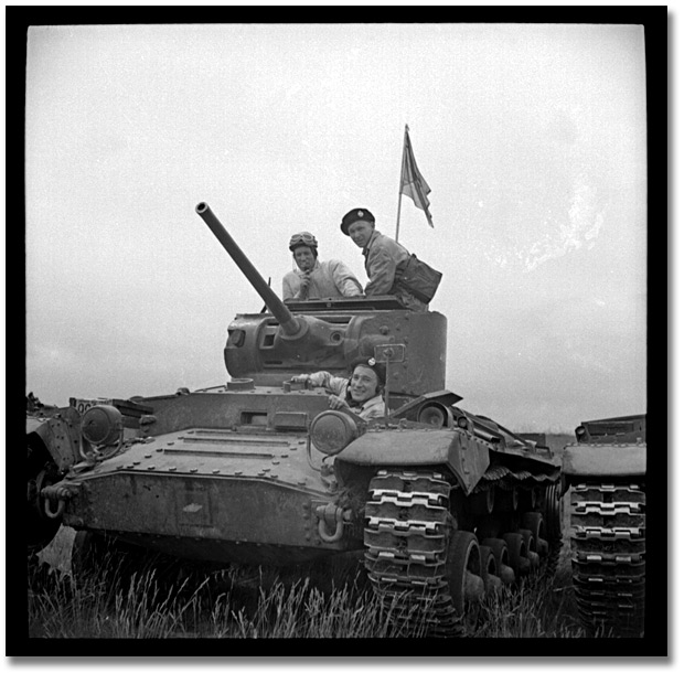 Photographie : Tanks engaged in military manoeuvres,1942