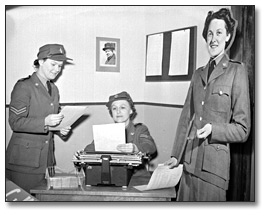 Photographie : Female miltary personnel working in an office, [vers 1945]