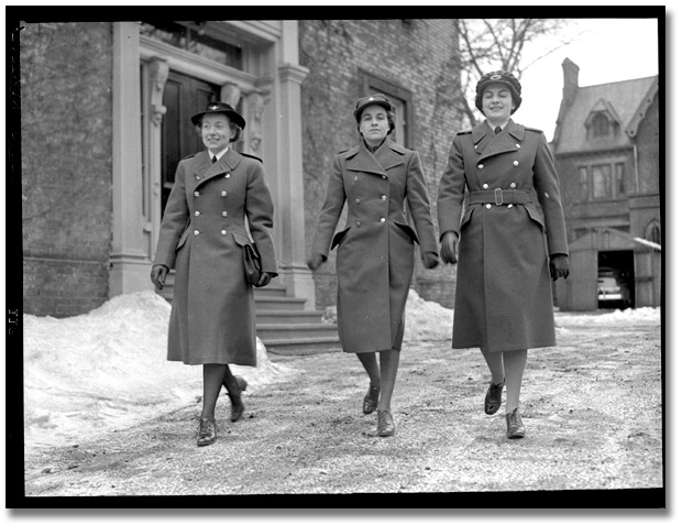 Photographie : Women in military uniform, [vers 1945]