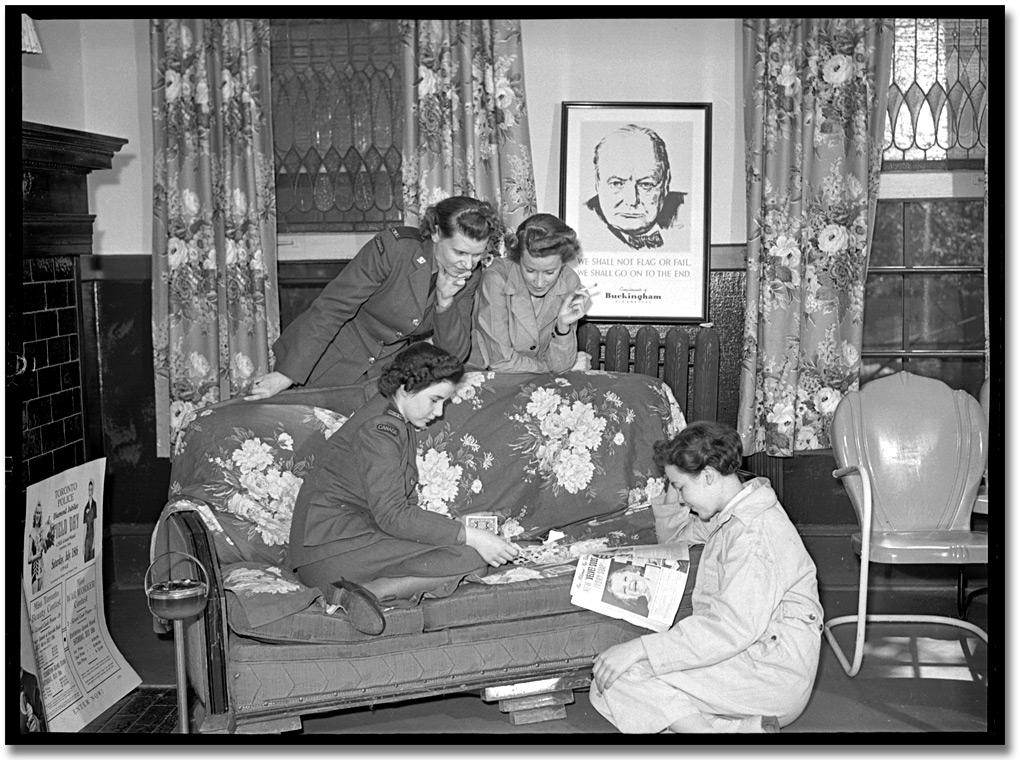 Photographie : Members of the Canadian Women's Army Corps (C.W.A.C.) reading magazines in a lounge in the Trinity Barracks, [vers 1945]