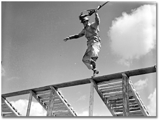 Photographie : Soldier jumping from obstacle during training [vers 1945]