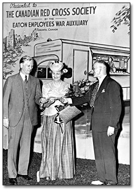 Photographie :  Lady Eaton presents a cheque for $3,000 to Dr. Fred W. Routley, juin 1941