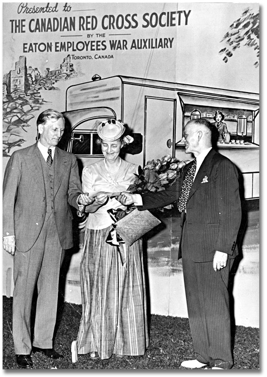 Photographie : Lady Eaton presents a cheque for $3,100 to Dr. Fred W. Routley of the Canadian Red Cross, juin 1941