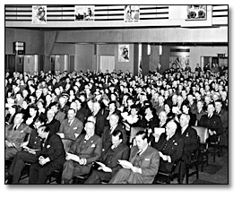 Photographie :  Eaton's employees in auditorium at a War Bond Rally, 1943