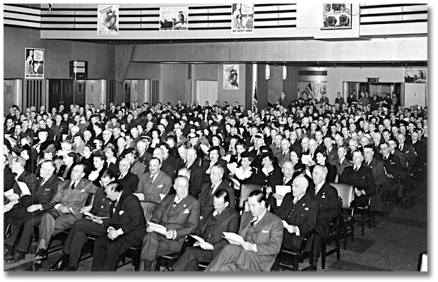 Photograpie : Eaton's employees in auditorium at a War Bond Rally, 1943