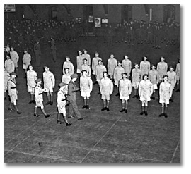 Photographie : Inspecting new enlistees at Maple Leaf Gardens, [vers 1939] (2)
