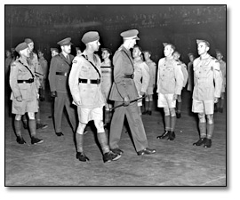 Photographie : Inspecting new enlistees at Maple Leaf Gardens, [vers 1939] (1)