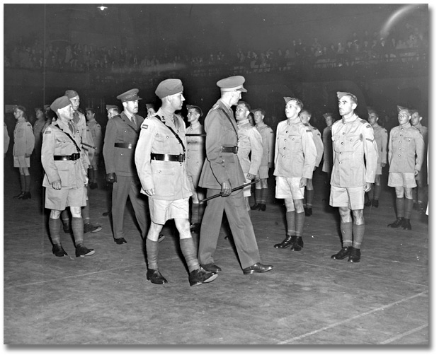 Photographie : Inspecting new enlistees at Maple Leaf Gardens, [vers 1939]