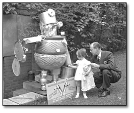 Photographie :  The Aluminum Victory Campaign, 1941 [man and girl looking at sculpture made out of aluminium]