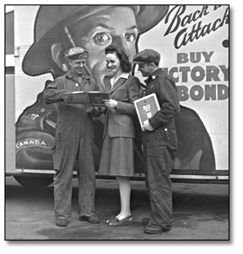 Photographie :  Woman talking to shipbuilding workers about Victory Bonds, Toronto, [vers 1945]