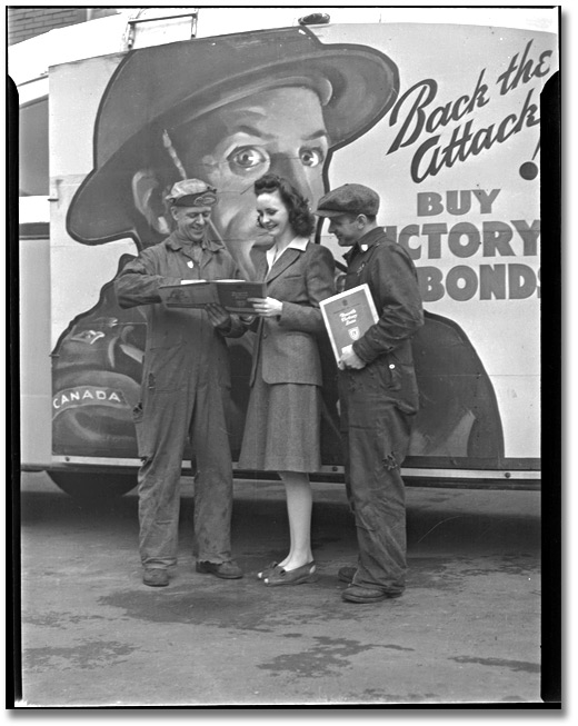 Photograpie : Woman talking to shipbuilding workers about Victory Bonds, Toronto, [vers 1945]