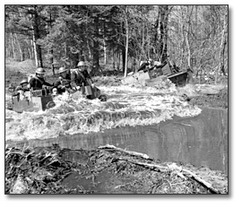 Photographie : Soldiers doing exerices in the water during training, Camp Borden, 1941