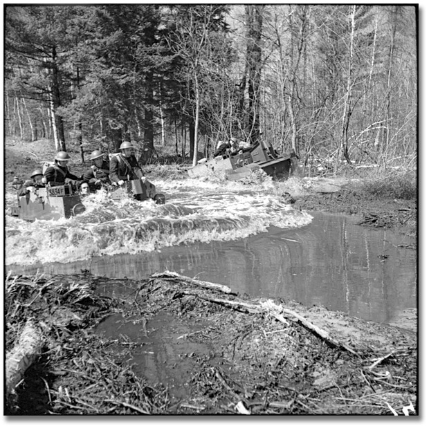 Photographie : Soldiers doing exercises in the water during training, Camp Borden, 1941