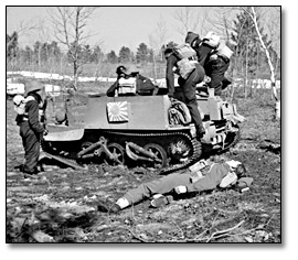 Photographie : Soldiers doing exercises with a universal carrier during commando training, Camp Borden, 1941