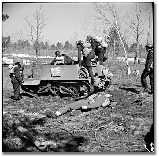 Photographie : Soldiers doing exercises with a tank during commando training, Camp Borden, 1941