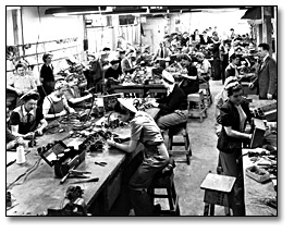 Photographie : Women soldering and assembling cables for airplanes, Canadian Car and Foundry Co., 1945