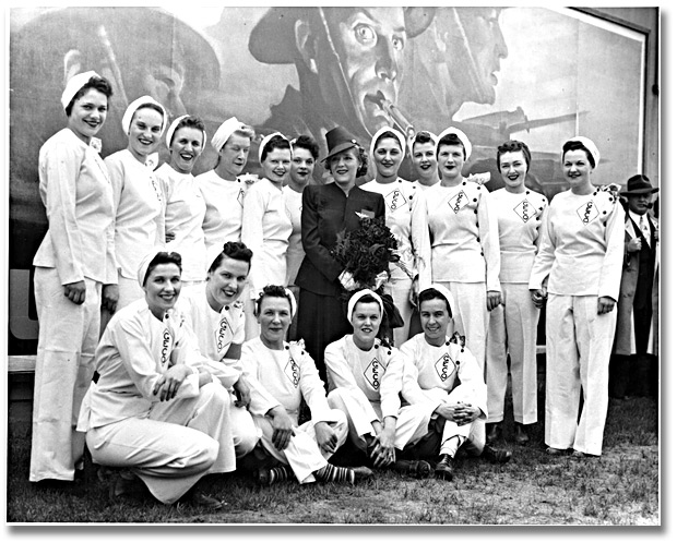 Photographie : Mary Pickford posing with a group of employees during her visit to the General Engineering Company (Canada) munitions factory, 5 juin 1943