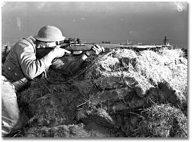 Photographie : Soldiers during training Sniping school at Camp Borden [soldat armé d'une carabine], mai 1941