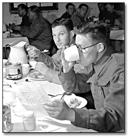 Photographie : Soldiers in mess hall, [vers 1940]