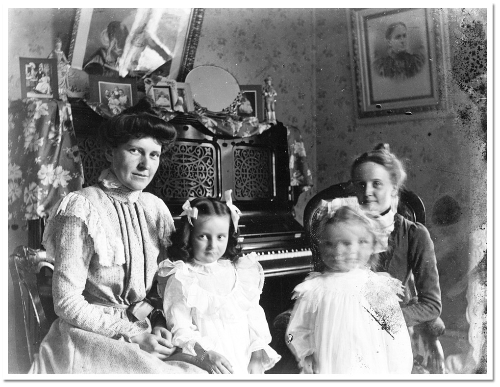 La famille clow l int rieur de leur maison devant le for Interieur 1920