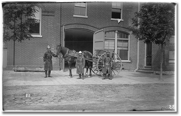 Photographie : Parkdale's first fire brigade, Toronto, 1888