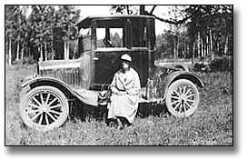 Photographie : Public Health Nurse sitting on a car at South Gillies, Thunder Bay District, 1923