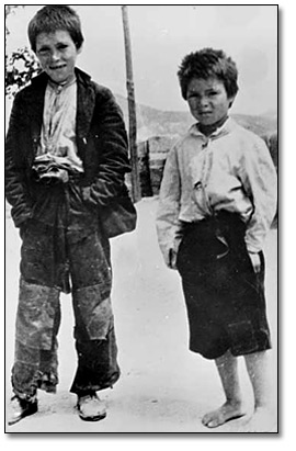Photographie : Two unidentified boys during the Spanish Civil War, [vers 1936-1939]
