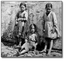 Photographie : Three Unidentified Girls during the Spanish Civil War, [vers 1936-1939]