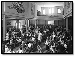 Photographie : Dining hall with children evacuated during the Spanish Civil War, [vers 1936-1939]