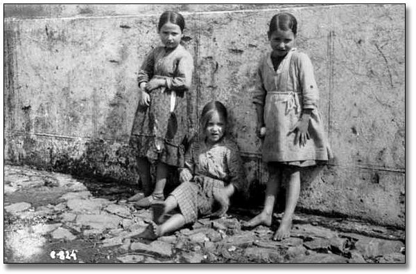Photograpie : Three unidentified girls during the Spanish Civil War, [vers 1936-1939]