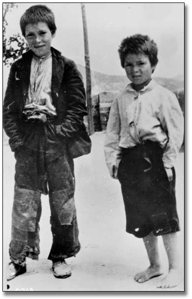 Photograpie : Two Unidentified Boys during the Spanish Civil War, [vers 1936-1939]