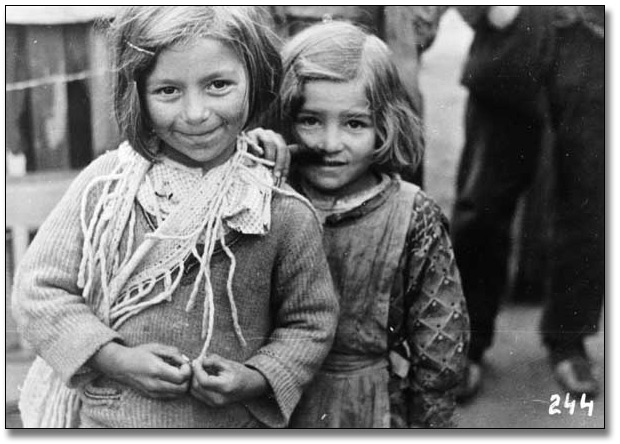 Photograpie : Two unidentified girls during the Spanish Civil War, [vers 1936-1939]