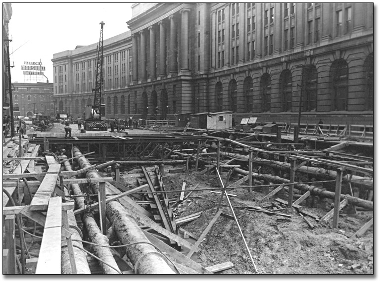 Photographie : Subway excavation by Dominion Government Building