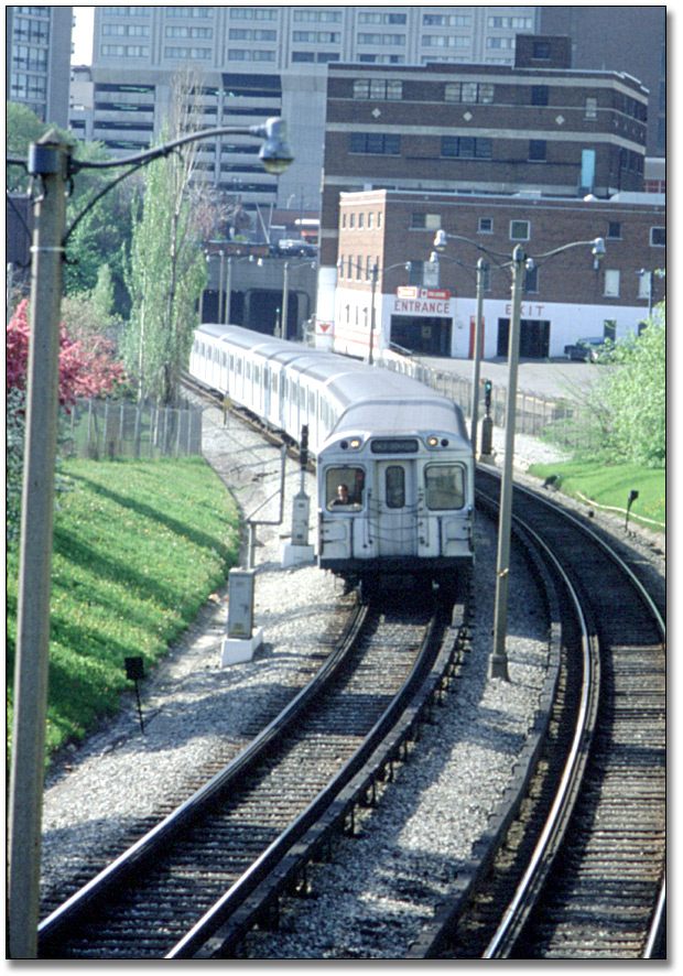 Subway Travelling North Between Bloor and Rosedale Stations on Yonge Line, mai 1981