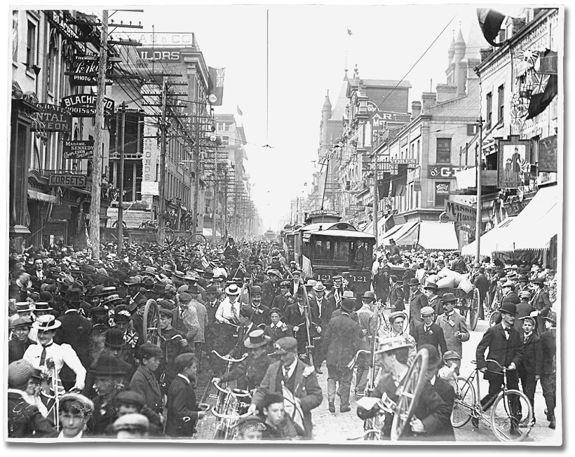 Photographie : Pretoria Day, Yonge Street Toronto, looking north of King Street, 5 juin 1901