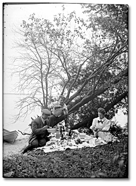 Photographie : Picnic by a lake in eastern Ontario [Kingston], between 1989 and 1920]