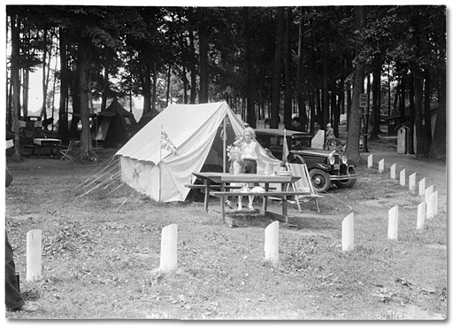 Photographie : Girl standing in front of a tent at a tourist camp in Midland, [ca. 1915]