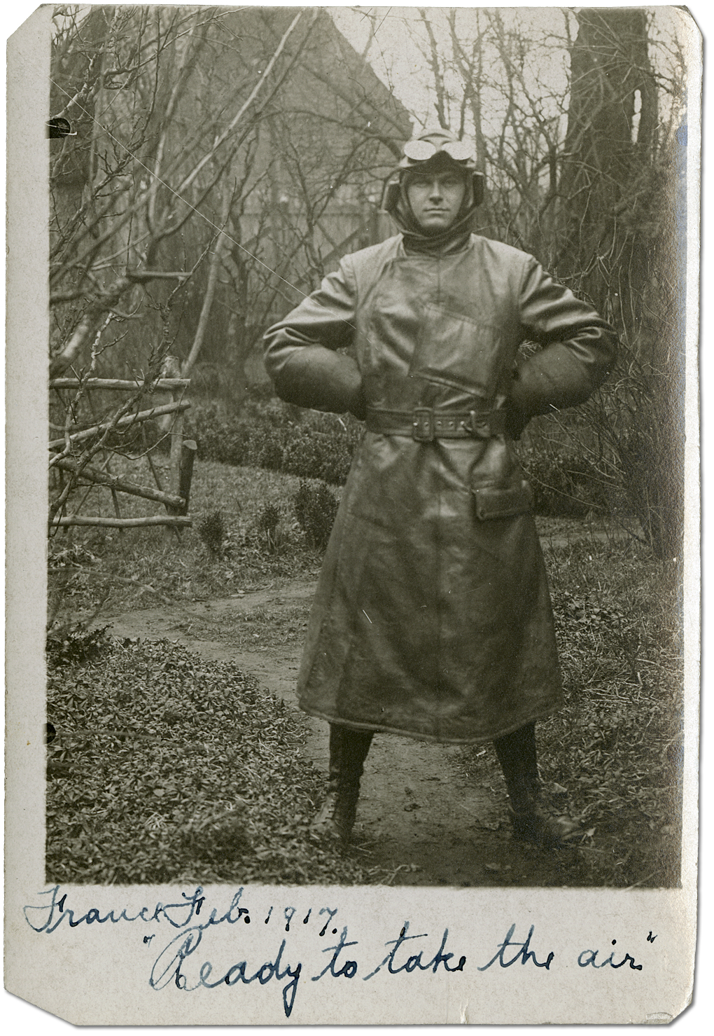 "Portrait de Harry Mason en France, portant son uniforme de pilote, ""ready to take the air,"" février 1917"